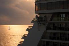 Segla fartyg, kryssning och solnedgången Arkivfoton