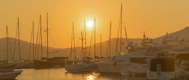 Segla fartyg mot solnedgången på den Paros ön i Grekland Fotografering för Bildbyråer