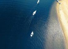 Segla fartyg nära Gorki Zachodnie Gdansk den flyg- sikten royaltyfria bilder