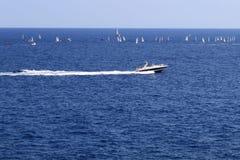 Segla fartyg och ett strålfartyg Royaltyfria Bilder
