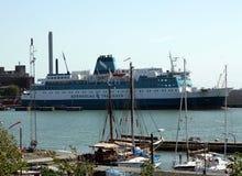 Segla fartyg och färjan Royaltyfri Bild