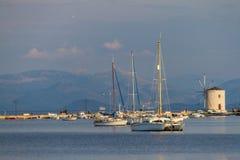 Segla-fartyg och väderkvarn, sjösida av den Korfu staden, Korfu, Grekland Royaltyfri Bild