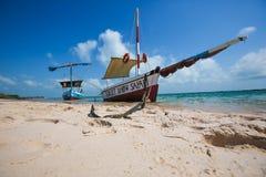 Segla fartyg på den tropiska stranden Arkivbilder