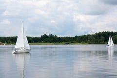 Segla fartyg på sjön Royaltyfria Bilder