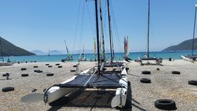 Segla fartyg på stranden Arkivfoto