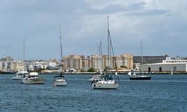 Segla fartyg som ankras på den San Juan fjärden, Puerto Rico Royaltyfri Fotografi