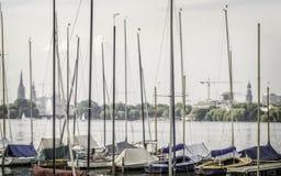 Segla fartyg som förtöjas på Alster sjön i Hamburg Royaltyfri Foto