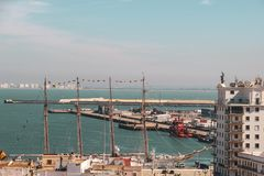 segla fartyget i hamn i Cadiz, Spanien royaltyfri foto