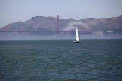 Segla fartyget nära Golden Gate Arkivbild