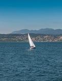 Segla fartyget på en sjö med berg som bakgrund Royaltyfri Fotografi