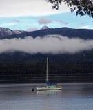 Segla fartyget på sjön Te Anau Arkivfoto