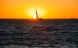 Segla fartyget på solnedgången på vatten Fotografering för Bildbyråer