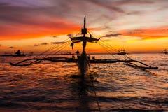 Segla fartyget på solnedgånghavet, den boracay ön Arkivbild