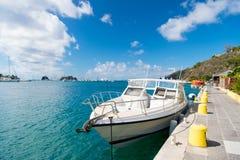 Segla fartyget som ankras på havspir på den tropiska stranden i gustaviaen, stbarts Segling och segling Lyxigt lopp på fartyget S Royaltyfri Foto