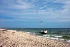 Segla fartyget som förtöjas på stranden i Helhalvö Arkivbilder