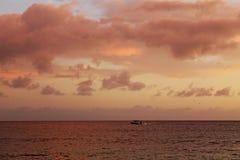 Segla havet i en snabb motorbåt royaltyfria foton