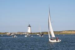 Segla i den Edgartown hamnen vid fyren på ön av vingården för Martha ` s arkivbild