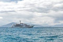 Segla i den Saronic golfen Royaltyfria Foton