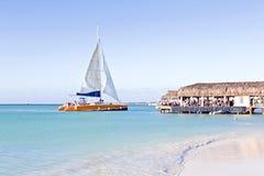 Segla i det blåa caribic havet Arkivfoton