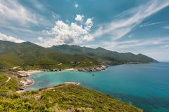 Segla i fjärden på Anse D ` Aliso på Cap Corse i Korsika Arkivbild