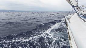 Segla i havet i stormigt väder Arkivbild