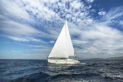 Segla i morgonen Lyxig yacht Resor arkivbilder