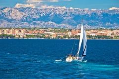 Segla i sikt för Zadar strandsommar Fotografering för Bildbyråer