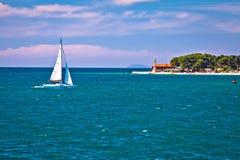 Segla i sikt för Zadar strandsommar Arkivbilder