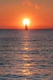 Segla i solnedgång Arkivbild