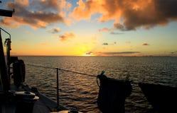 Segla in i solnedgången Royaltyfri Foto