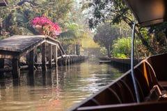 Segla i thailändsk kanal arkivfoton