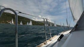 Segla i vinden till och med vågorna på det Aegean havet i Grekland seglar den mörka losed regattaseglingen för blå färg skysportv lager videofilmer