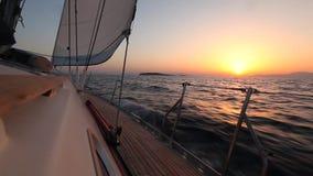 Segla i vinden till och med vågorna segling Rader av lyxiga yachter på marinaskeppsdockan Solnedgång stock video