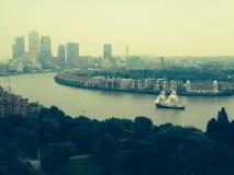 Segla längs Themsen Royaltyfria Bilder