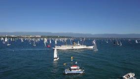 Segla loppet och segla fartyg på sjöGenève i Schweiz arkivfilmer