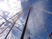 Segla masten på en molnig himmel Royaltyfri Fotografi