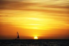 Segla med solnedgångbakgrund Royaltyfri Fotografi