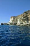 Segla nära den berömda vita stranden i den Santorini ön, Grekland Arkivfoto