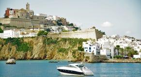 Segla nära kusten av ön av Ibiza, gamla byggnader Spanien 2015 Royaltyfri Fotografi