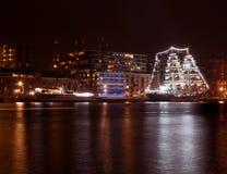 Segla 2015: nattsikt av den orange hamnen Arkivfoton