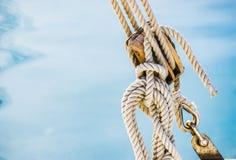 Segla nautiskt maritimt block med rep på hamnmarina med havsvatten arkivfoton