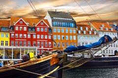 Segla och färga byggnader i Nyhavn i den gamla mitten av Copenha royaltyfri fotografi