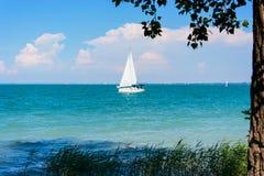 Segla på Balaton sjön Arkivfoto