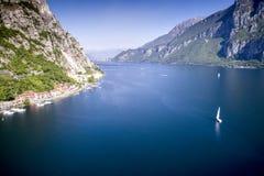 Segla på den alpina sjön Royaltyfria Bilder