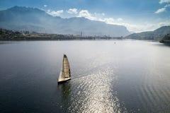Segla på den alpina sjön Arkivbild