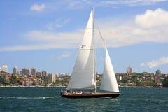 Segla på den Sydney hamnen Arkivfoton