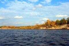 Segla på floden royaltyfri bild