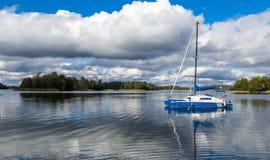 Segla på Galve sjön, Litauen med molnhimmel på bakgrunden Royaltyfri Bild