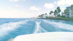 Segla på grova hav på hastighet på Aruba stock video