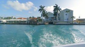 Segla på grova hav på hastighet på Aruba arkivfilmer